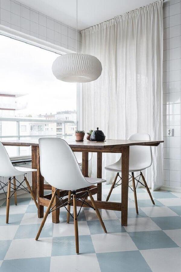 Decoração minimalista para sala de jantar com piso xadrez azul e branco Foto Hege Morris