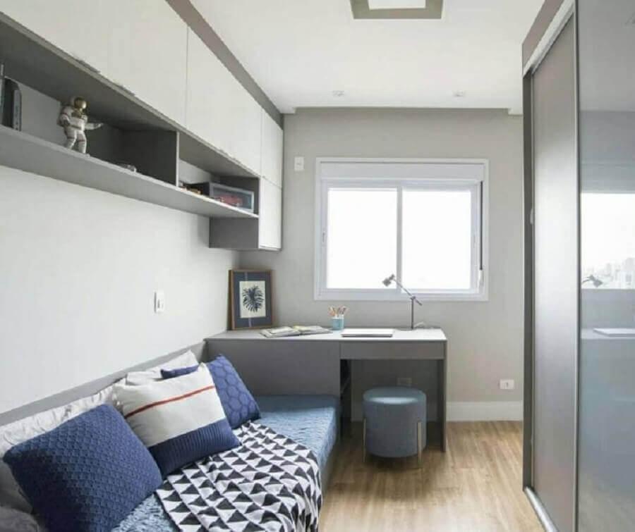 Decoração simples para quarto masculino solteiro pequeno com escrivaninha cinza Foto Michele Gagliard