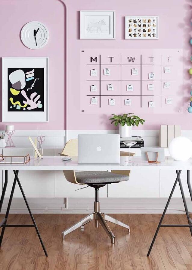 Escrivaninha para home office grande decorado com parede rosa Foto Pinterest