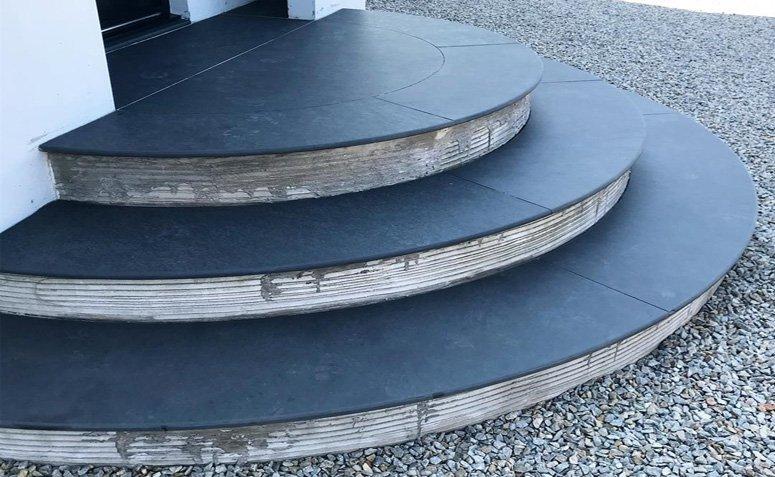 Escada com revestimento de ardósia preta
