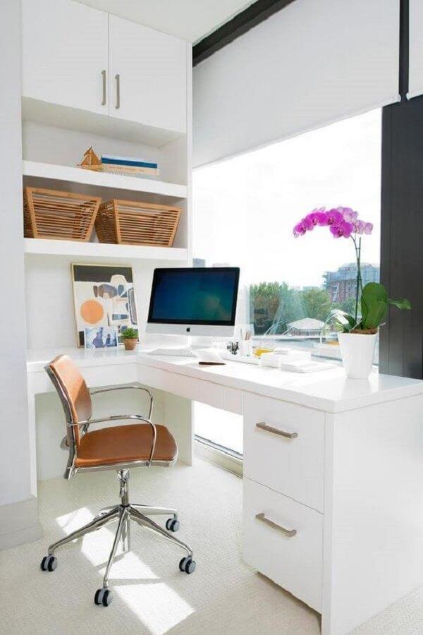 Escritório clean com escrivaninha e gaveteiro branco moderno. Fonte: Princesas Empreendedoras