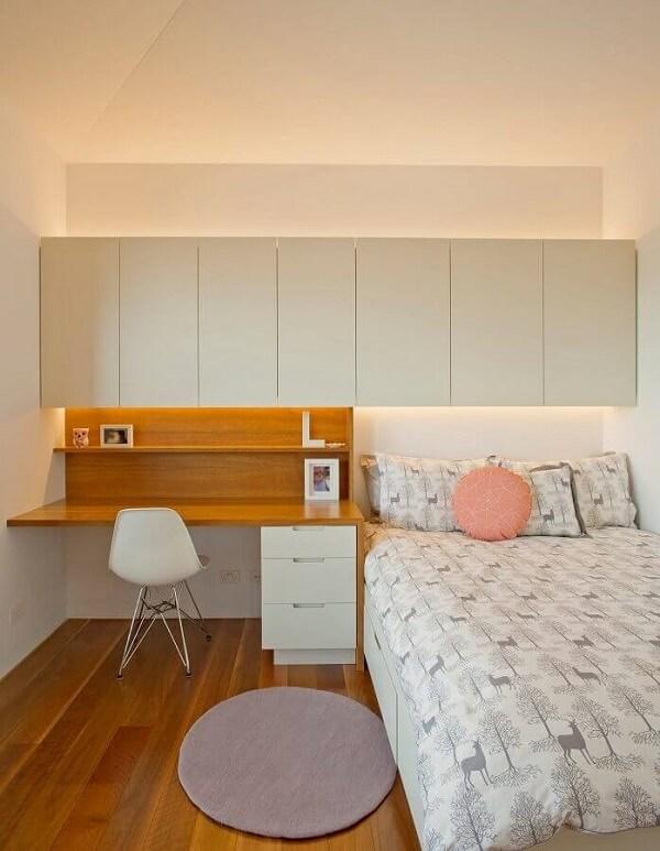 Escrivaninha de madeira e gaveteiro branco complementam a decoração do quarto simples. Fonte: Houzz