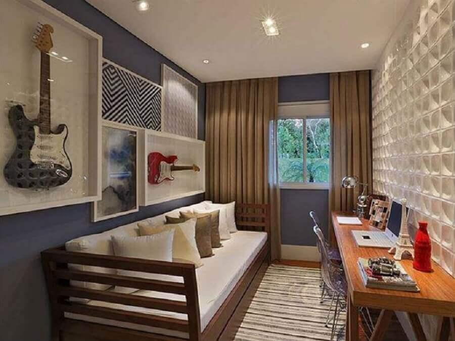 Escrivaninha de madeira para decoração de quarto masculino pequeno com guitarras na parede Foto Sesso & Dalanezi Arquitetura