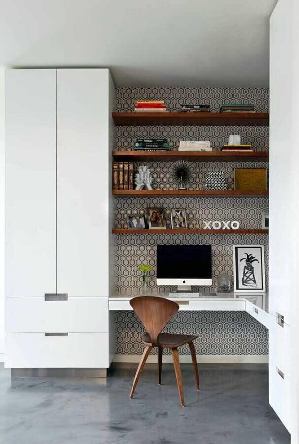Escrivaninha home office de canto decorado com prateleiras de madeira Foto Pinterest