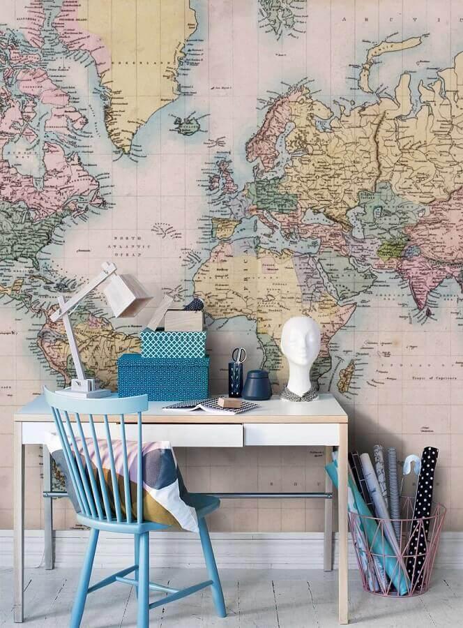 Escrivaninha para home office decorado com papel de parede de mapa Foto Pinterest