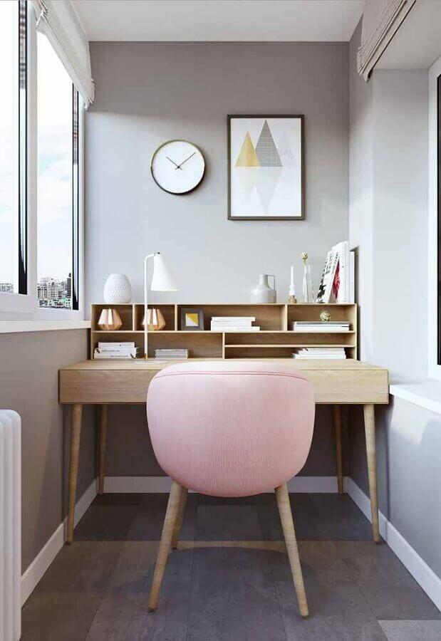 Escrivaninha para home office pequeno decorado com cadeira rosa Foto Jeito de Casa