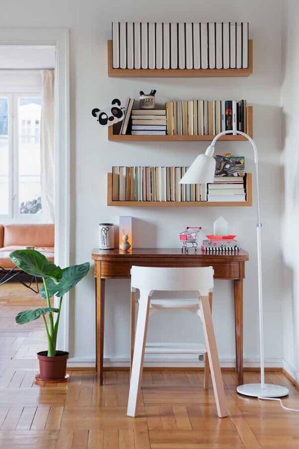 Escrivaninha para home office pequeno e simples decorado com prateleiras para livros Foto Casa de Valentina