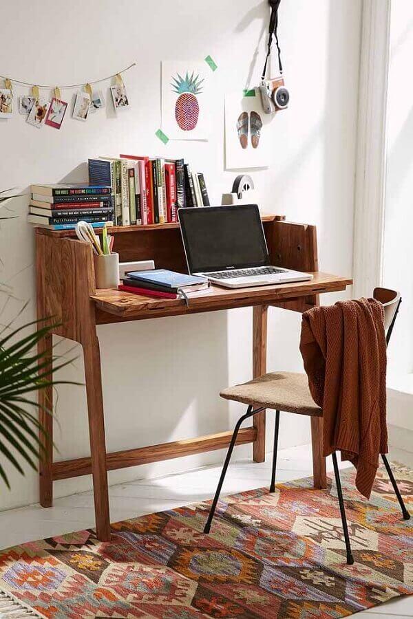 Escrivaninha para home office simples e pequeno decorado com tapete estampado Foto Pinterest