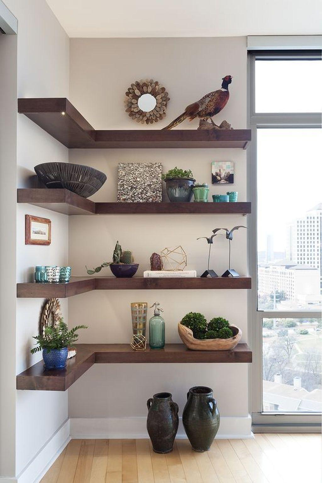 Estante de canto com enfeites e plantas para decoração rustica