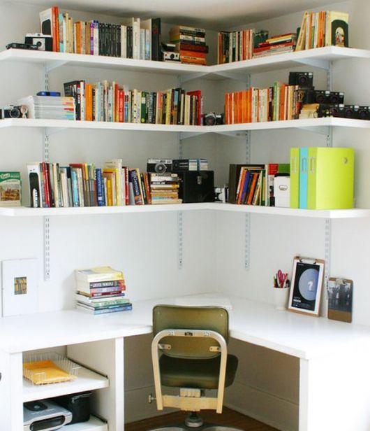 Estante de canto com escrivaninha para livros e documentos