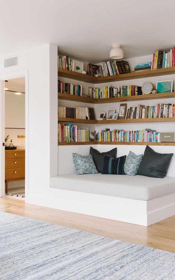 Estante de canto com sofá para leitura