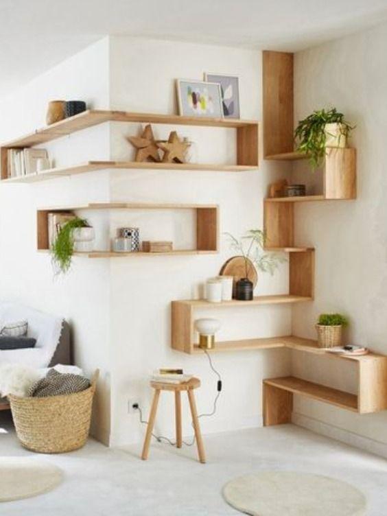 Estante de canto criativa de madeira com vasos de plantas e enfeites de madeira