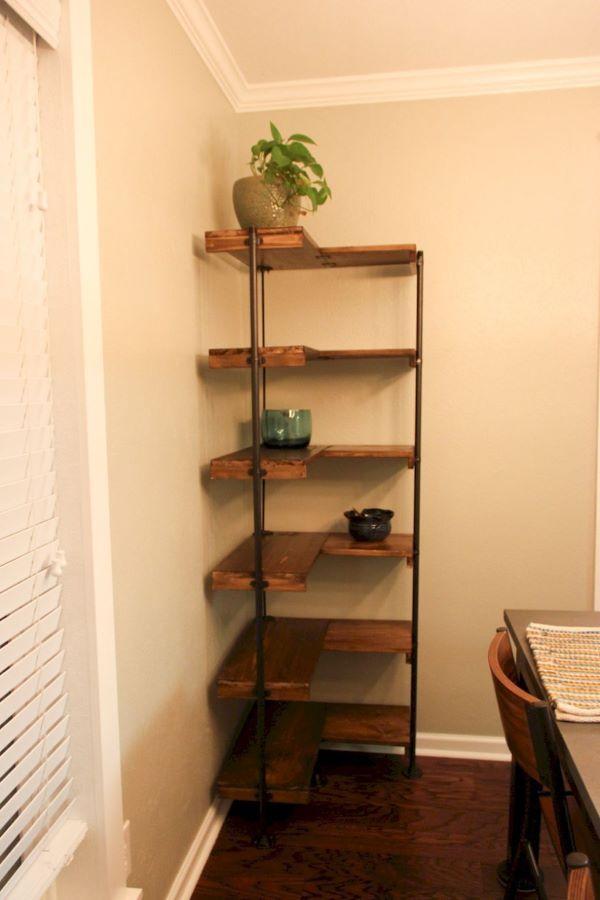 Estante de canto de madeira e ferro com plantas na decoração