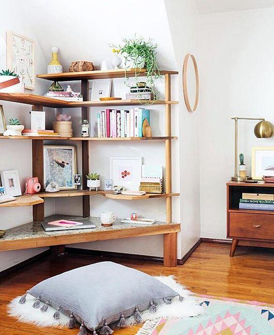 Estante de canto de madeira para a sala de estar