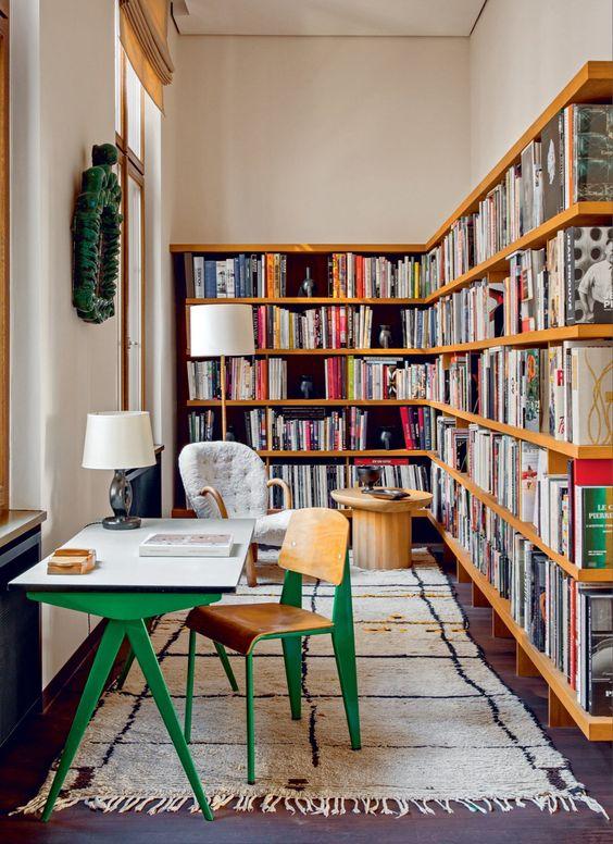 Estante de canto de madeira para livros variados com escrivaninha verde