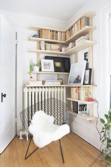 Estante de canto planejada com cadeira moderna perto