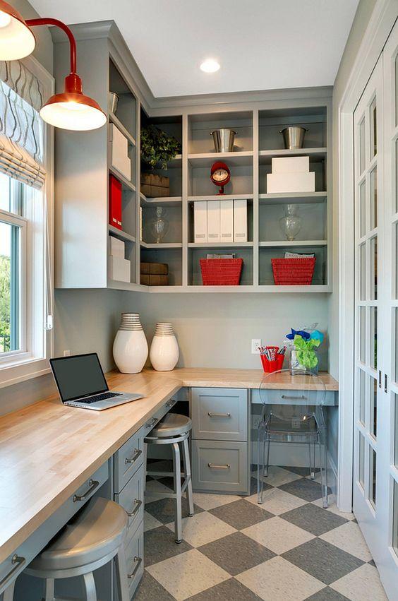 Estante de canto planejada na parede com mesa para estudo