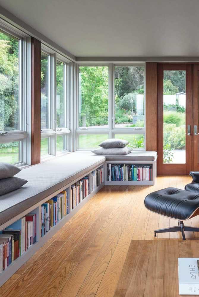 Estante de canto planejada no chão com sofá e almofadas