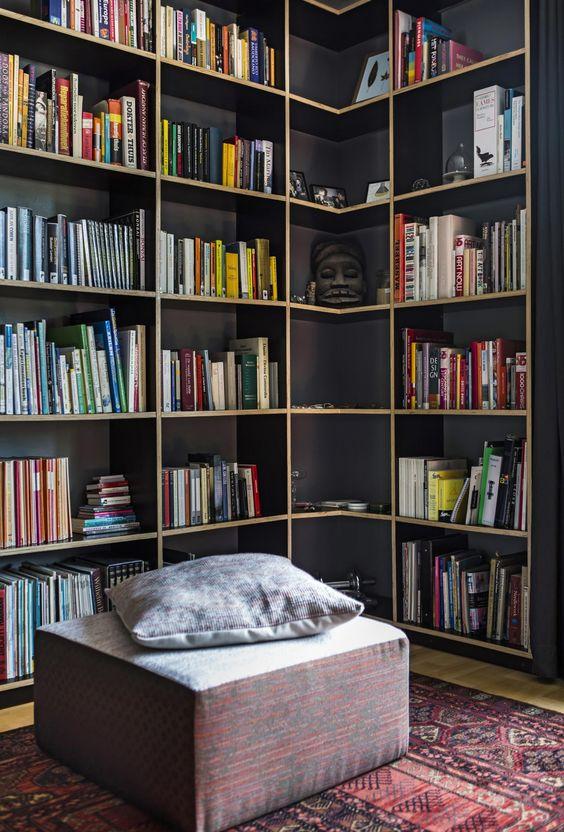 Estante de canto planejada para biblioteca em casa