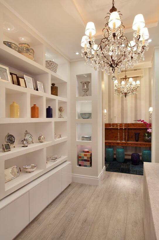 Estante de gesso branca para sala moderna com lustre de cristal