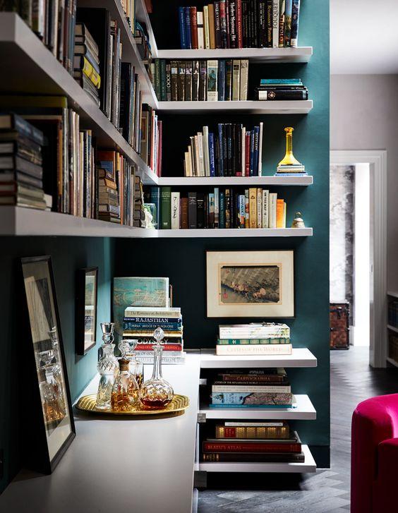 Estante de gesso com parede azul e prateleiras brancas