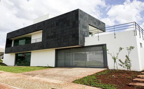 Fachada de casa com ardósia preta e parede branca