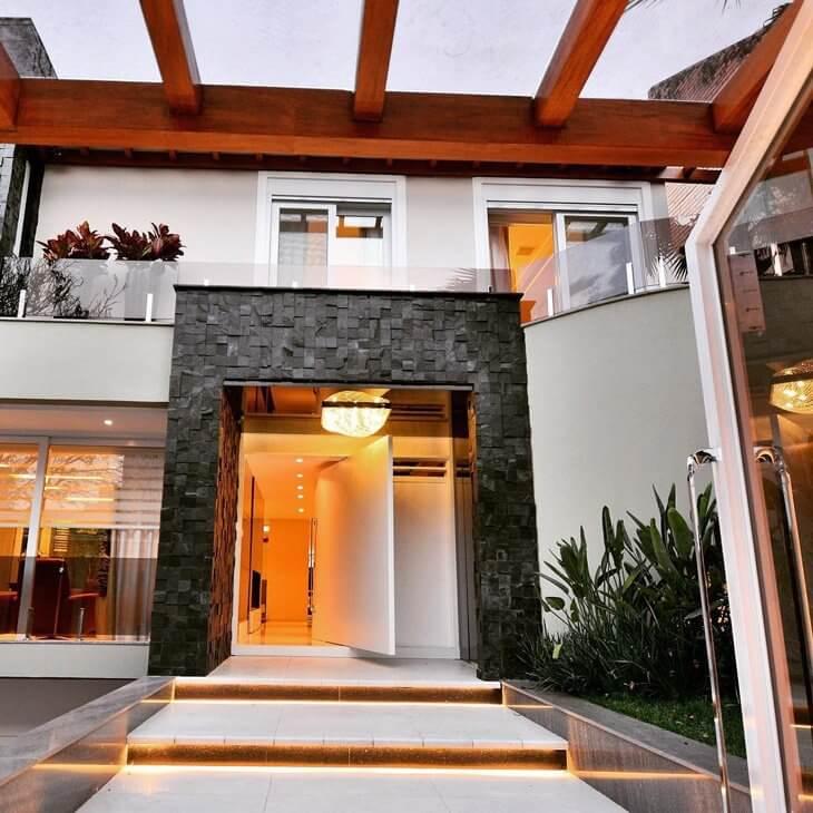 Fachada de casa moderna com ardósia preta na entrada
