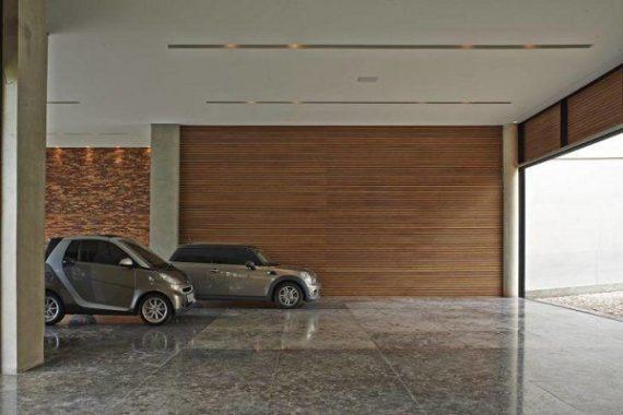 Garagem com piso cerâmico liso