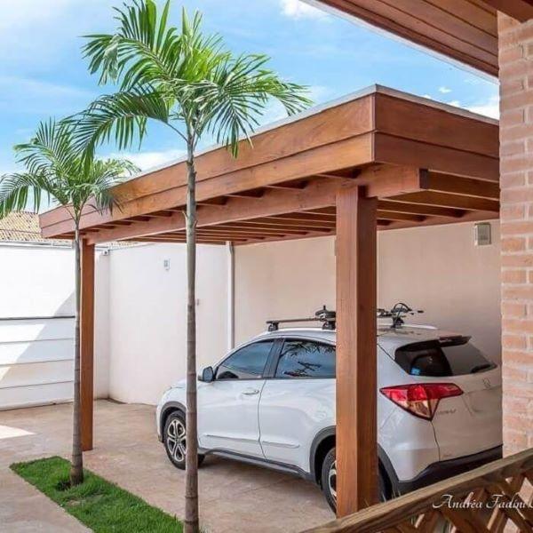 Garagem com piso de cerâmica e cobertura de madeira