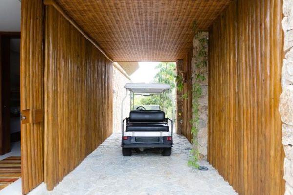 Garagem com portão de madeira