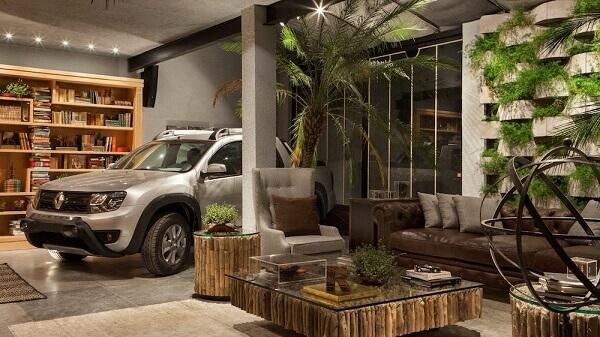 Garagem moderna com piso de cerâmica liso e decoração para organizar livros e um jardim vertical