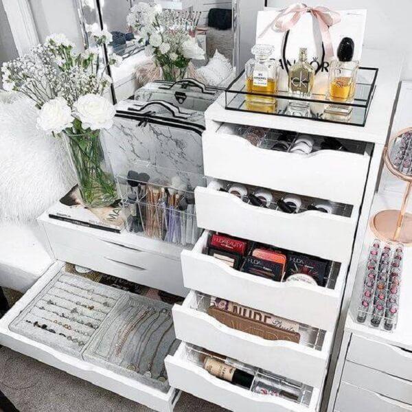 Gaveteiro branco para quarto organiza joias e maquiagens. Fonte: Joli Grace