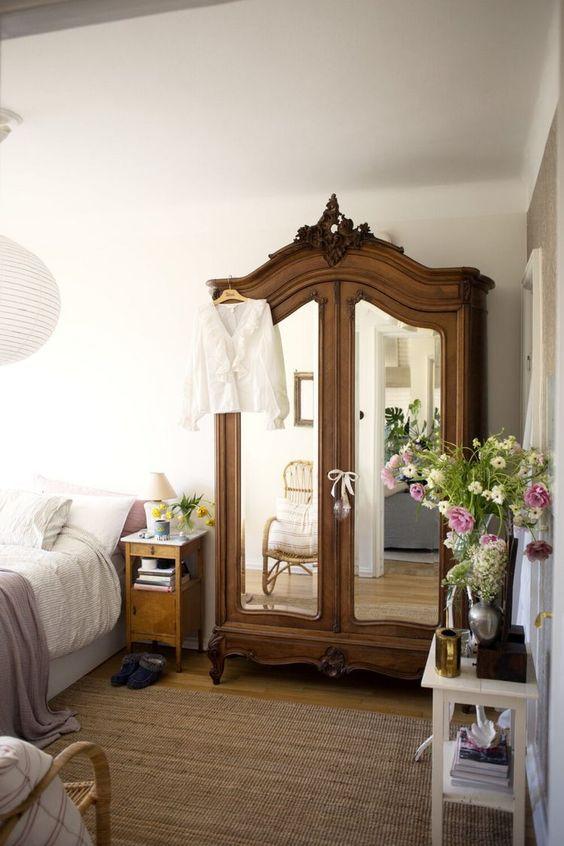 Guarda roupa vintage com portas espelhadas