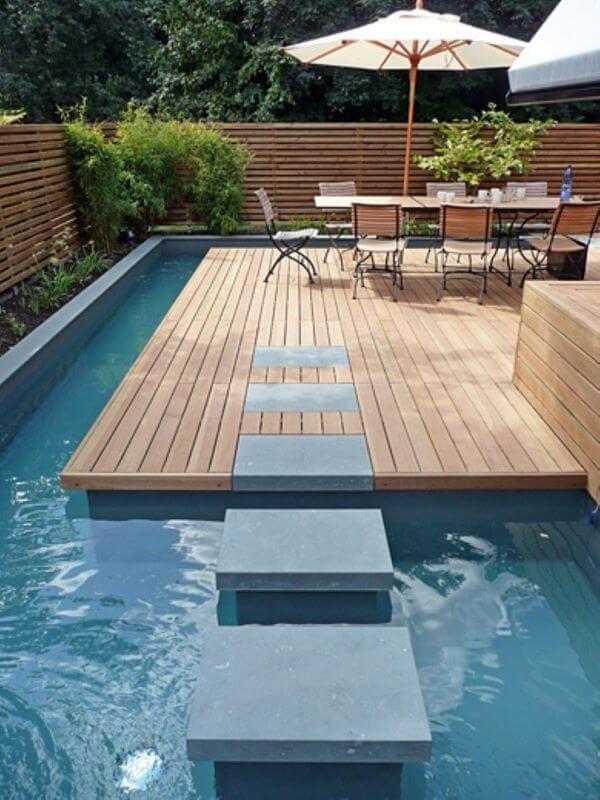 Guarda sol para piscinas modernas com mesa grande para receber amigos