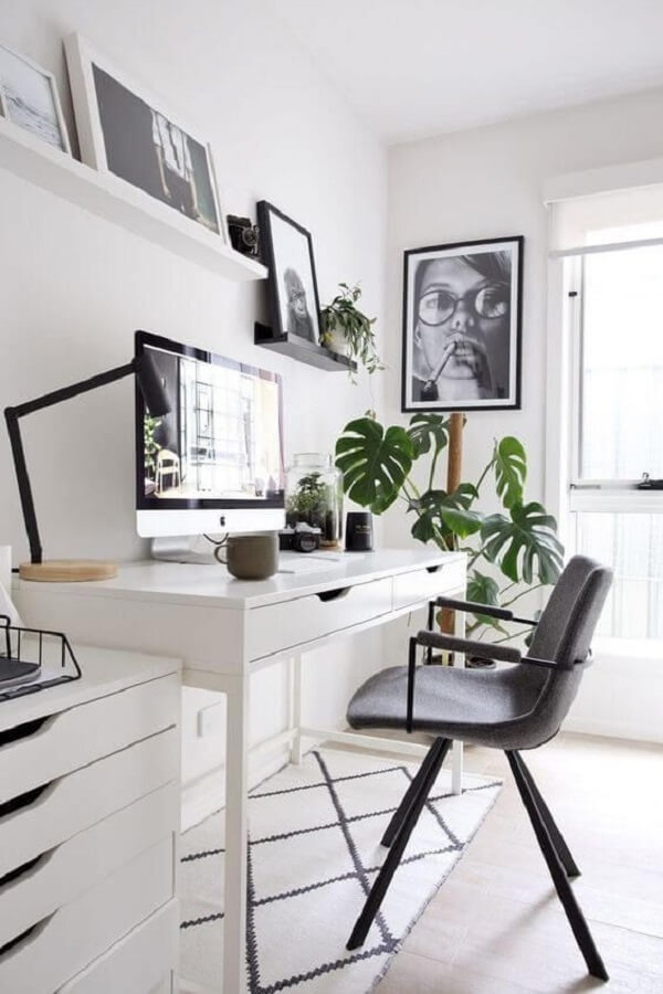 Home office com escrivaninha e gaveteiro branco. Fonte: Revista VD