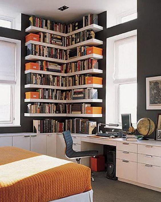 Home office com estante de canto e escrivaninha branca