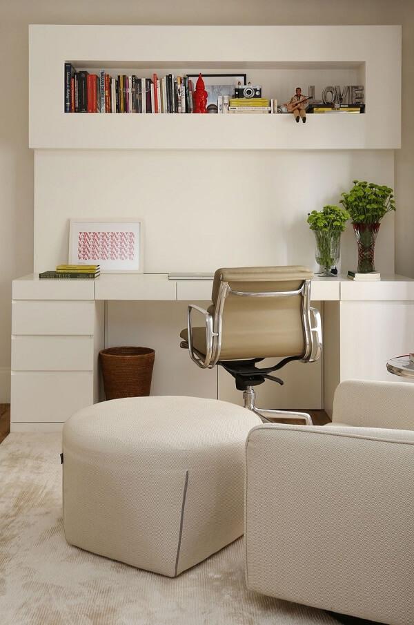 Home office com nicho e gaveteiro branco. Projeto de Mauricio Karam