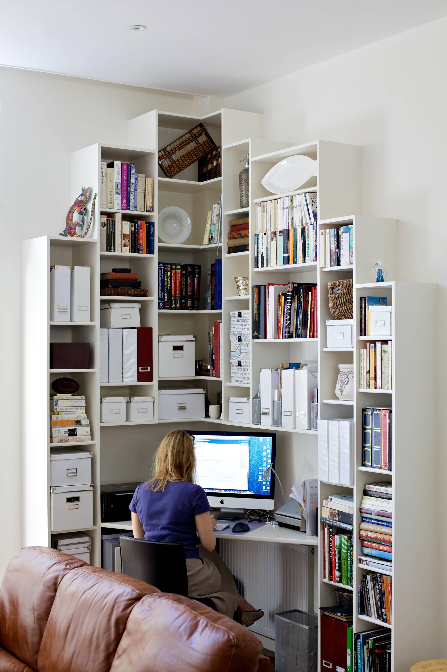 Home office na sala com estante de canto planejada