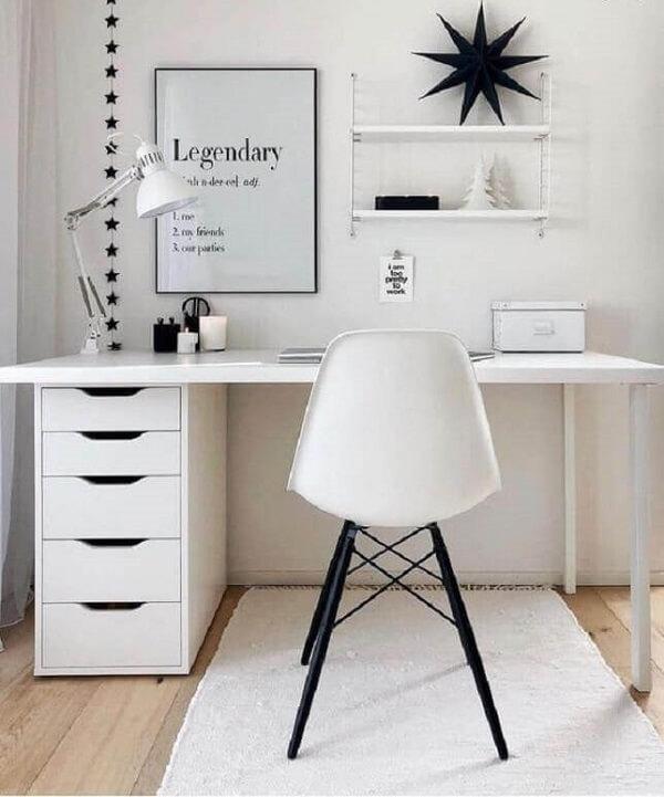 Home office prático e funcional com escrivaninha e gaveteiro branco. Fonte: Westwing Home & Living