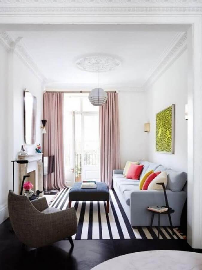 Ideias de cores para sala de estar pequena decorada com tapete listrado e almofadas coloridas Foto Home Interior Ideas