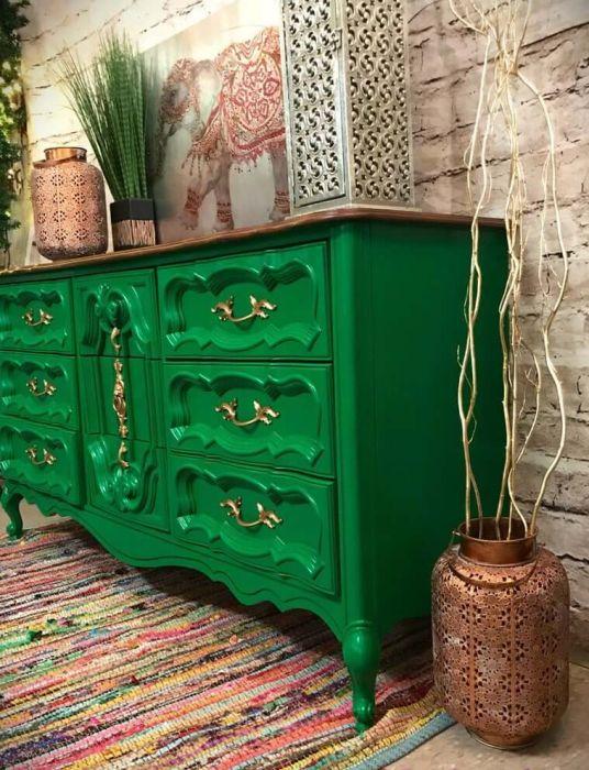 Invista nos móveis vintage coloridos para alegrar sua decoração