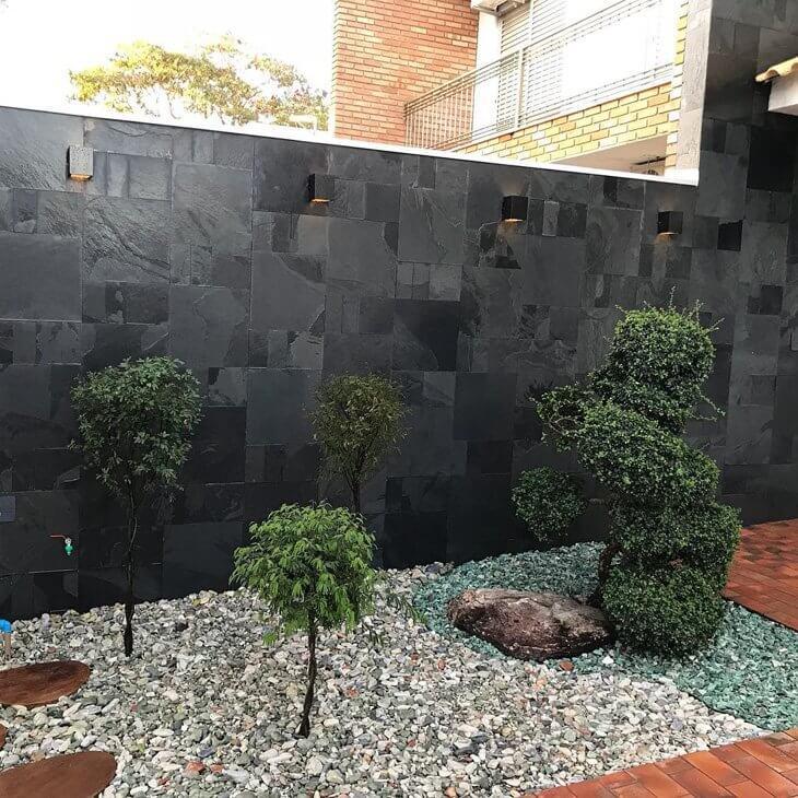 Jardim com muro de ardosia preta