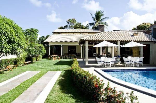 Jardim com piscinas modernas ao lado