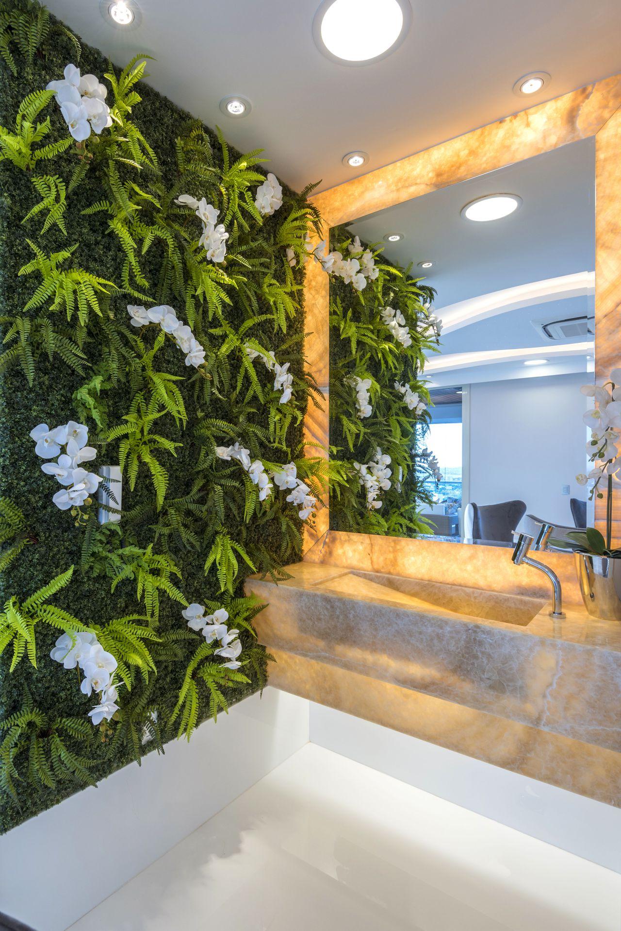 Lavabo decorado com parede de orquídeas