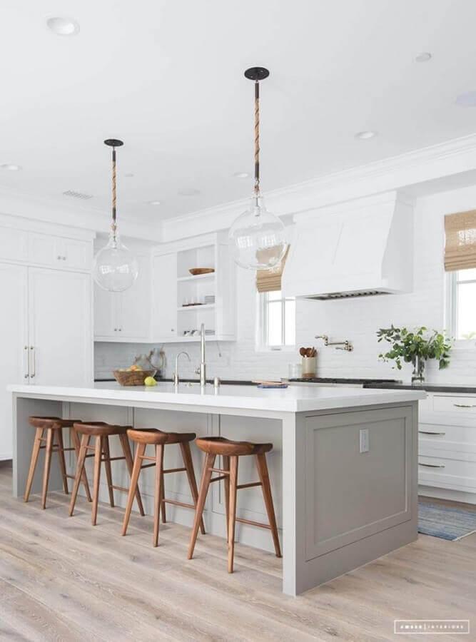 Luminária de vidro para decoração de cozinha aberta com ilha Foto Amber Interiors