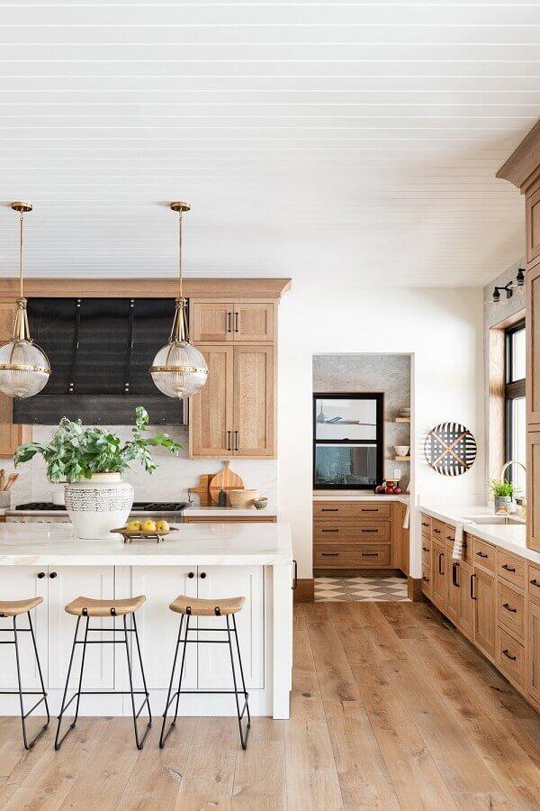 Luminária redonda para decoração de cozinha aberta com ilha Foto Studio McGee