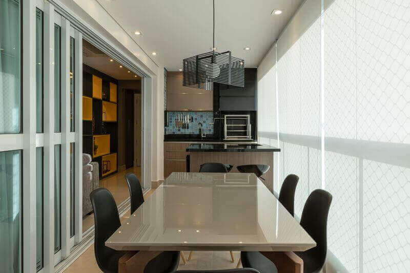 Lustre moderno para área gourmet decorada em cores neutras com armários planejados Foto LAM Arquitetura & Inteiores