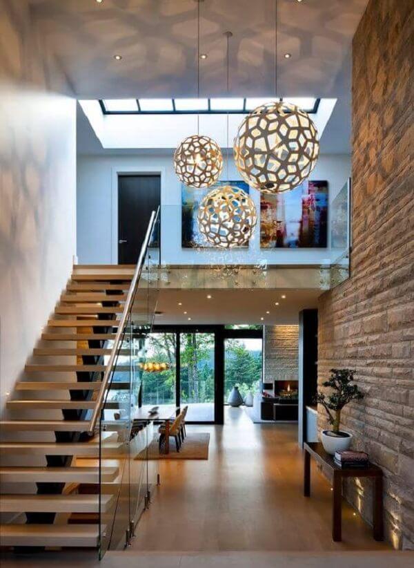 Lustre moderno para escada com design redondo. Fonte: Decor e Salteado