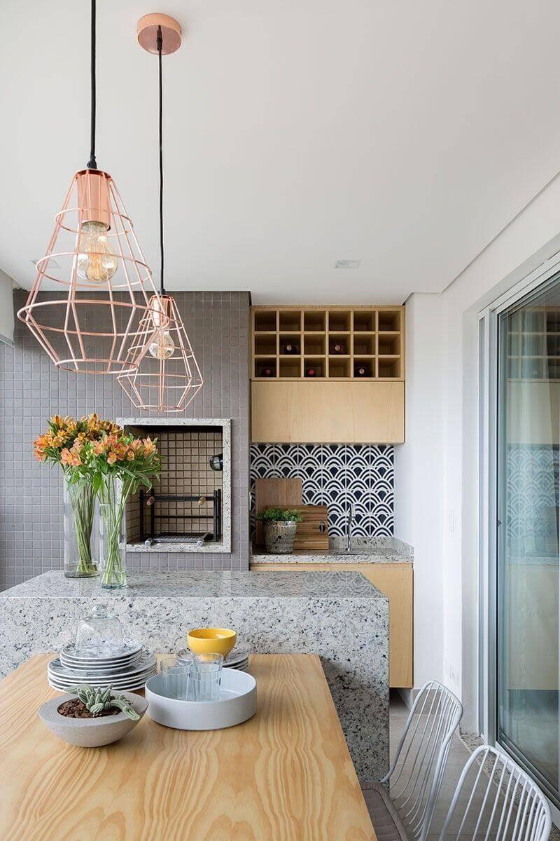Lustre para área gourmet de apartamento pequeno decorada com ilha de granito Foto Pinterest