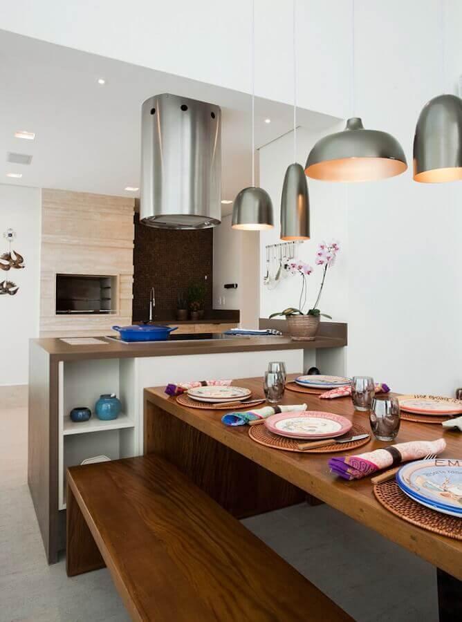 Lustre para área gourmet decorada com mesa de madeira e coifa redonda Foto Art Maison